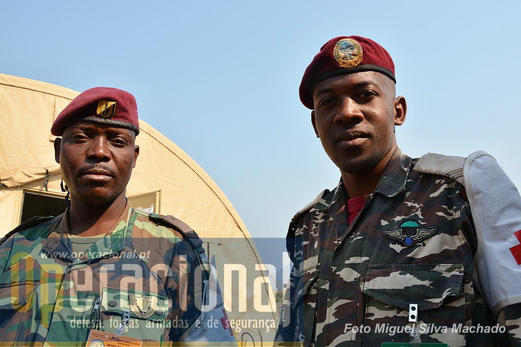 Militar angolano (à esquerda) de uma unidade de elite não integrada na Direcção de Forças Especiais, e namibiano, ambos da componente de apoio médico do exercício.