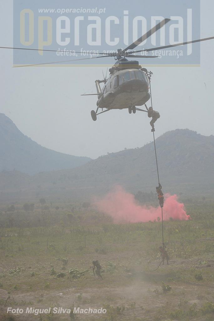 """Colocação no local da acção directa do destacamento utilizando """"corda rápida"""". Em segundos todos os operacionais estão em acção no solo."""