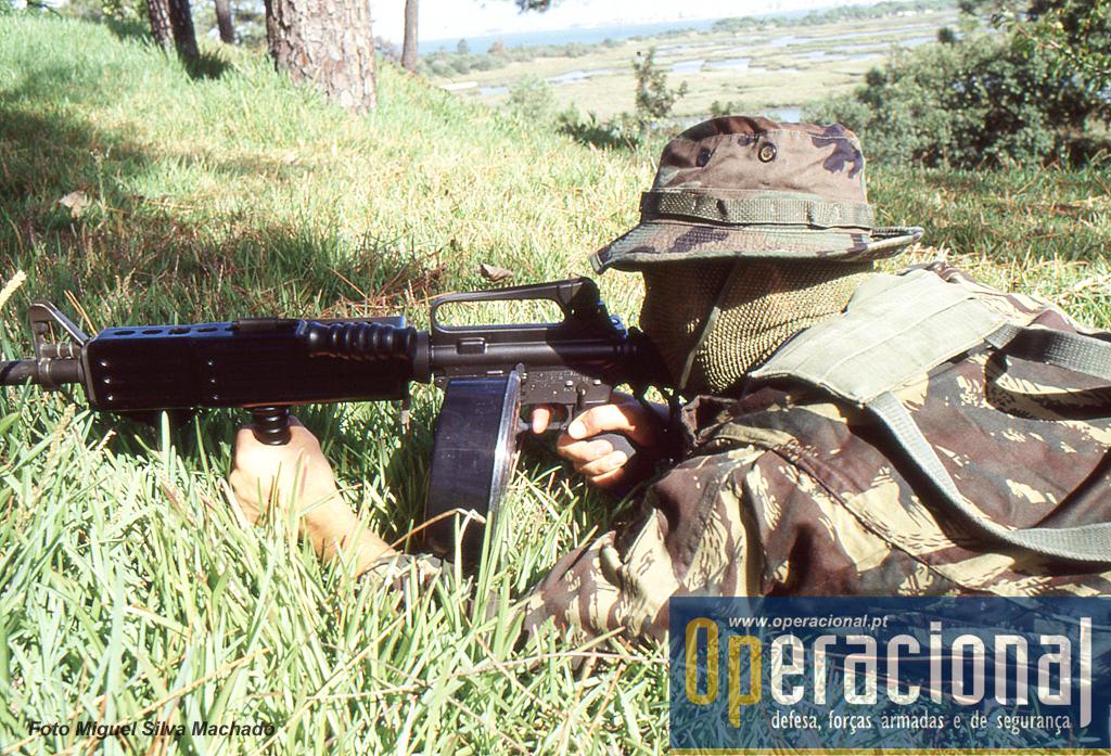 A M16 A2 calibre 5.,56mm com bipé e punho e um carregador de 100 munições.