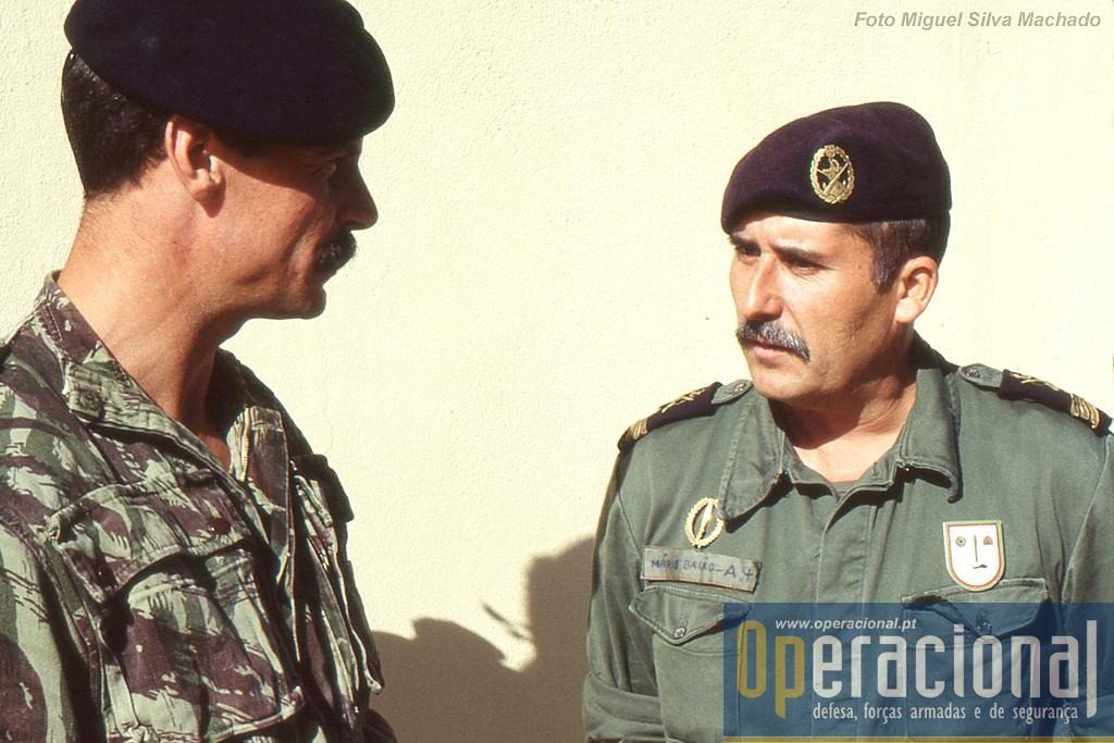 Um dos veteranos do DAE, nesta época com funções de apoio ao destacamento, e que havia sido Fuzileiro Especial como indica  a respectiva insígnia (à esquerda) e o então - enorme e vistoso - distintivo do DAE.