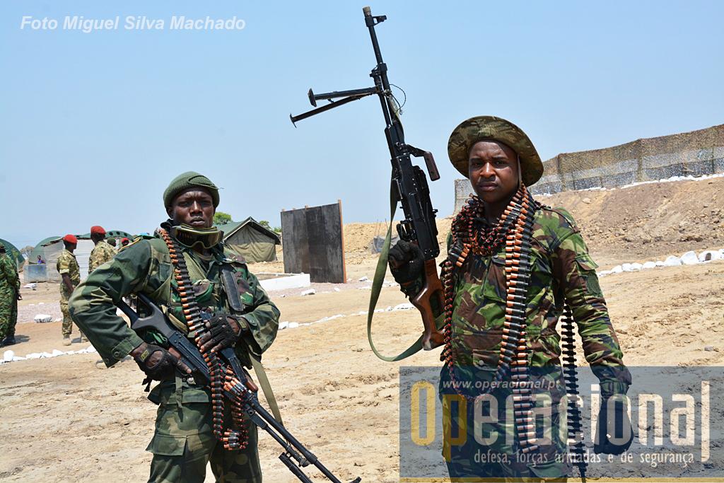 Elementos de operações especiais da República Democrática do Congo e da Tanzânia, com metralhadoras ligeiras PKM 7,62mm. Aqui prontas para usar munições de exercício.