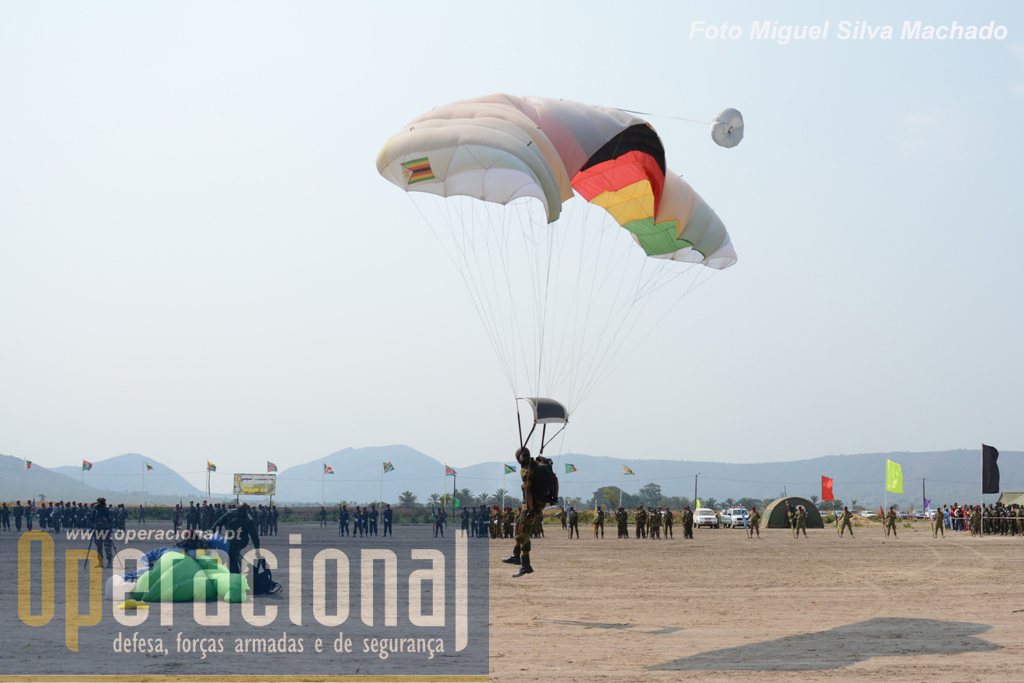 """Alguns dos países participantes trouxeram os seus pára-quedas de abertura manual e efectuaram saltos de """"queda-livre"""" para treino e na cerimónia final. Aqui um militar do Zimbabwe..."""