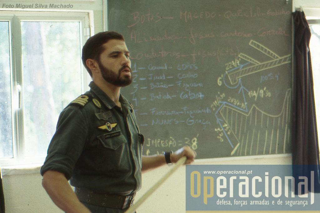 O então comandante do DAE, 1.º Tenente Jorge Lourenço, faz o briefing alusivo ao exercício que se iria seguir.