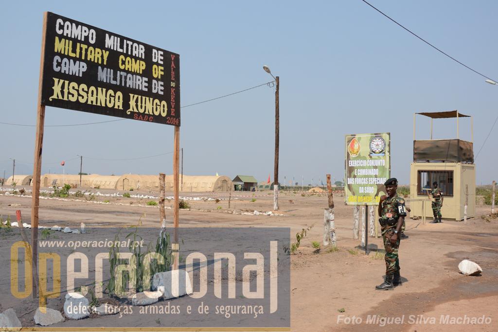 Porta-de-armas do Campo, guarnecida por elementos do Regimento de Policia Militar.