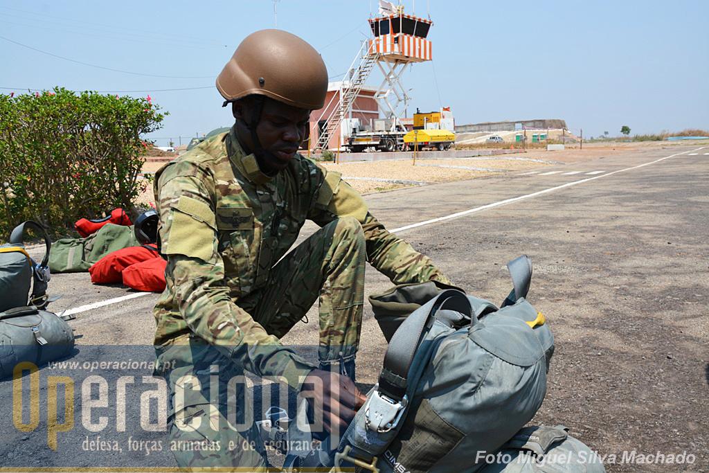"""Pára-quedista angolano prepara salto automático com pára-quedas fendado direccionável. usa o novo uniforme tipo """"multicam"""" introduzido nas FAA apenas para as unidades dependentes da Direcção de Forças Especiais."""