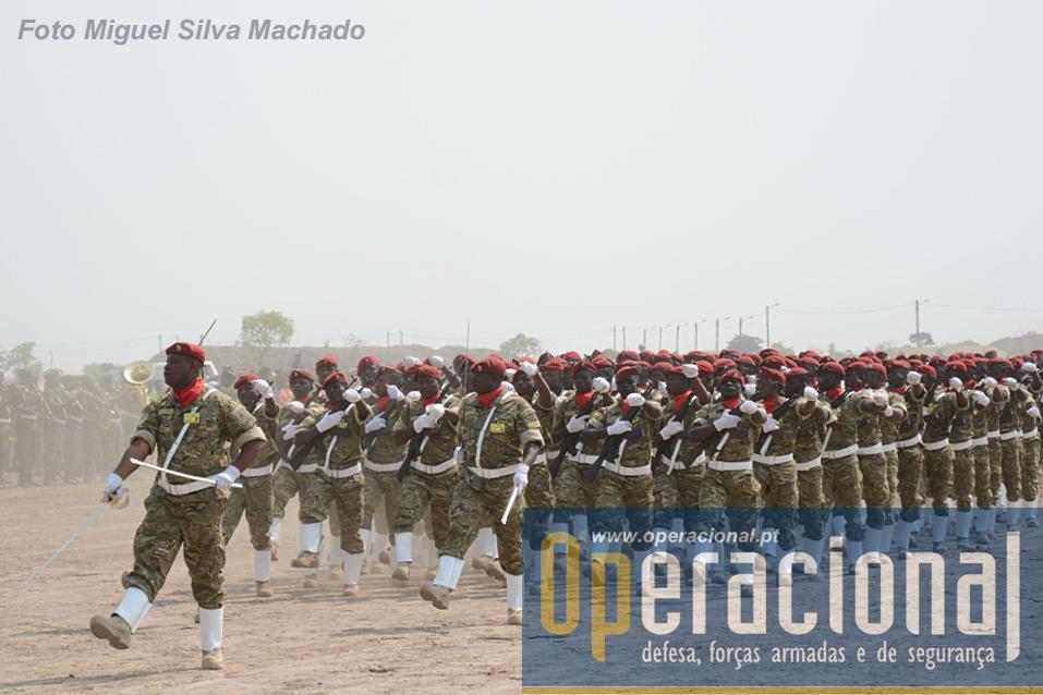 A Companhia de Guarda de Honra composta por comandos da Brigada de Forças Especiais.