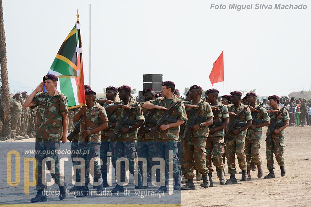 O destacamento das Forças de Defesa Nacional da África do Sul, com a particularidade de não usarem o seu armamento regulamentar.