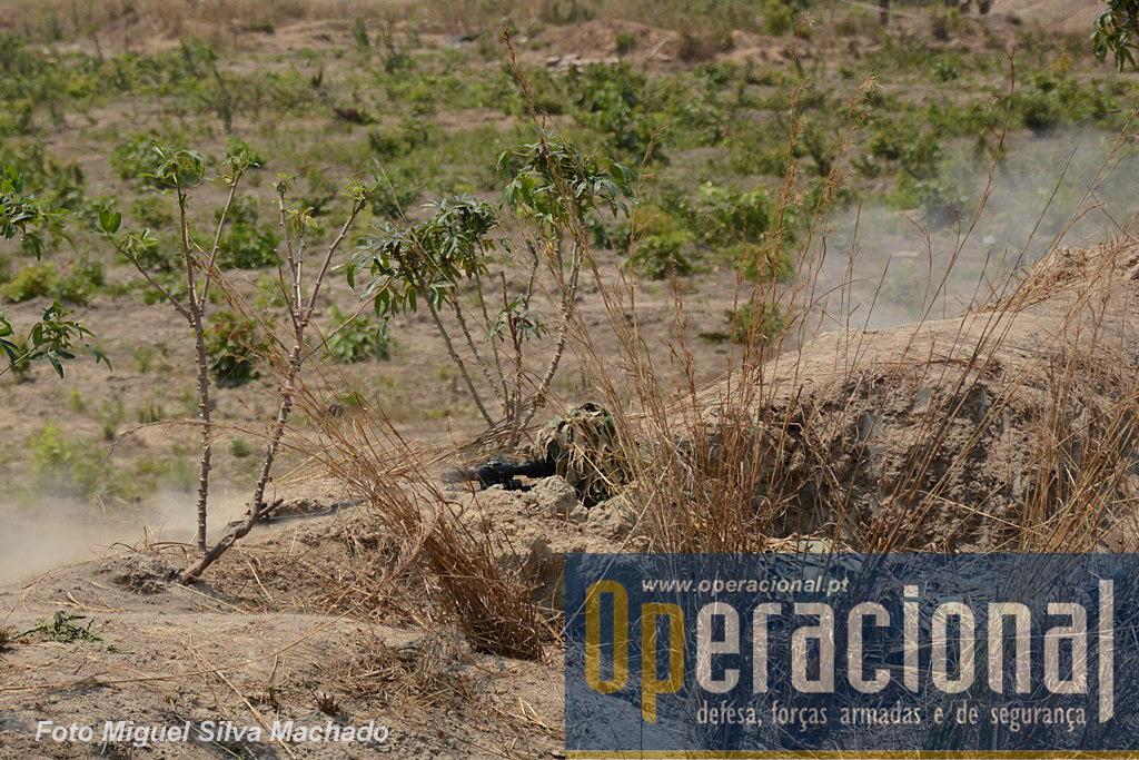 """Um sniper zambiano abre fogo real durante a demonstração final do """"Vale do Keve 2014""""."""
