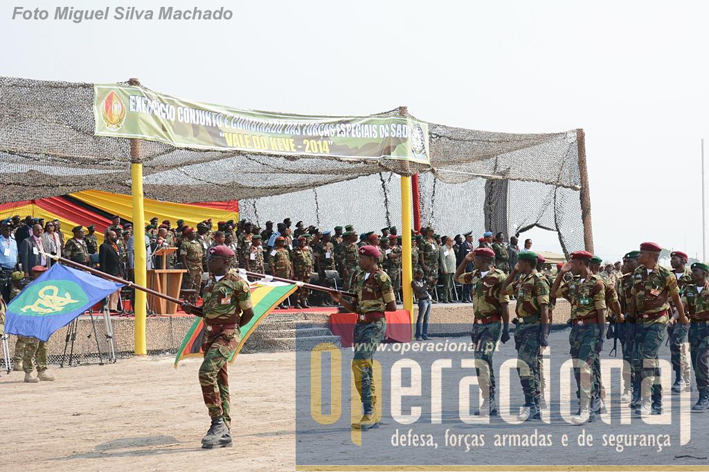 O Contingente Nacional do Zimbabwe, que já desfilou com a bandeira da SADC visto ser o próximo organizador deste exercício de forças especiais.