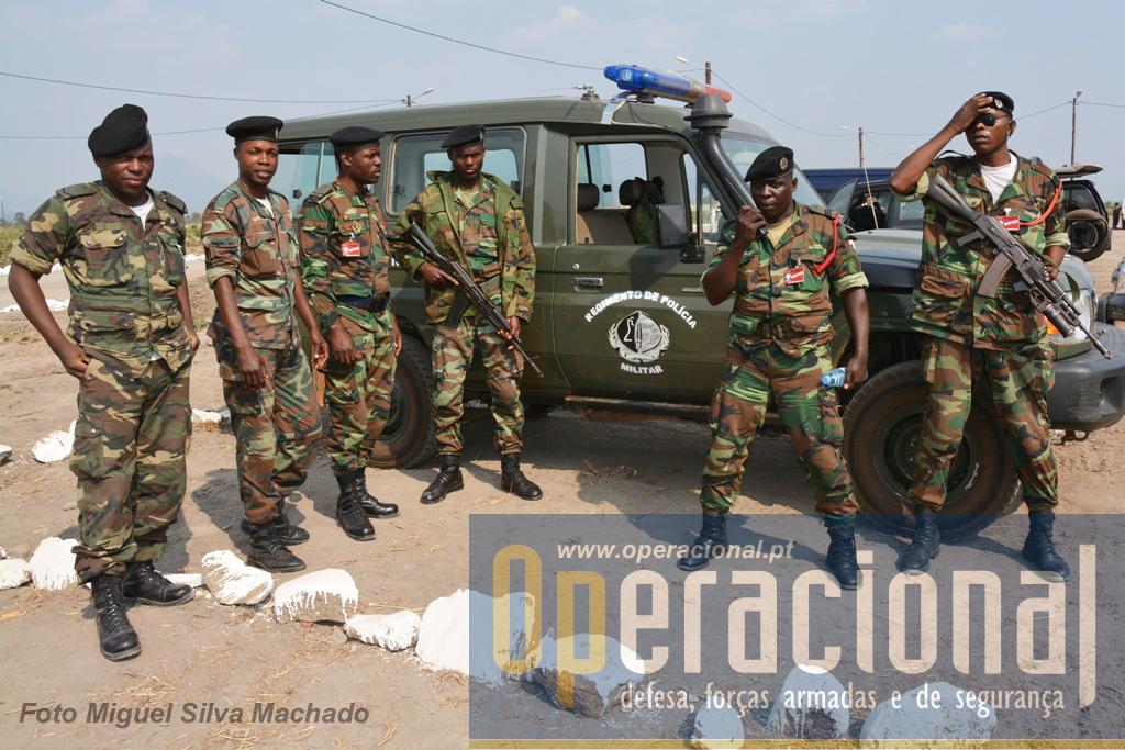 Militares da Policia Militar que zelavam pela segurança do campo mas também pela ordem e disciplina.