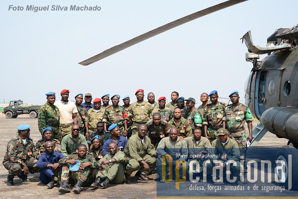 O Destacamento da Força Aérea Nacional vai partir para a sua base em Luanda e posa para uma foto final com o Chefe da Direcção de Forças Especiais do EMGFA e com o Comandante da BRIFE.