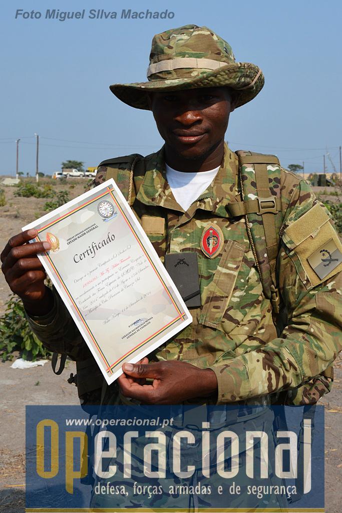 """O """"Vale do Keve 2014"""" chegou ao fim, este militar de operações especiais exibe o seu """"Certificado de Participação"""", assinado pelo CEMGFA de Angola."""