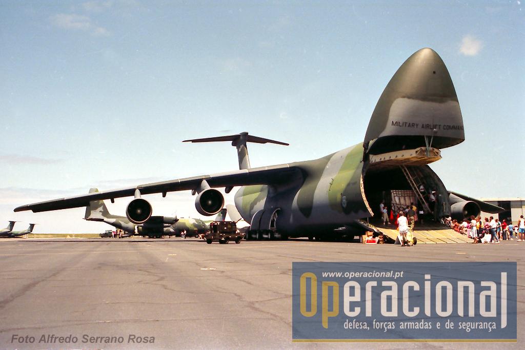 Lockheed C-5 Galaxy, um dos maiores aviões-cargueiros do mundo, de passagem pelas Lages em dia de festa no ano de 1989.
