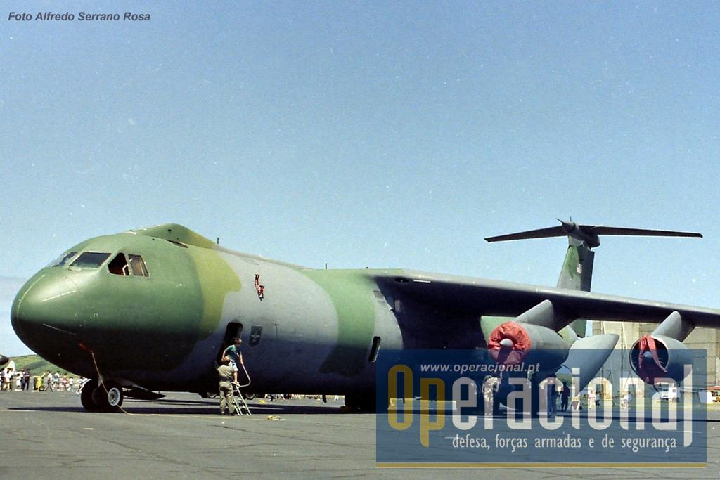 "Lockheed C-141 Starlifter, hoje substituído pelo Boeing C-17 Globemaster III, também era visita habitual do ""porta-aviões Açores"""