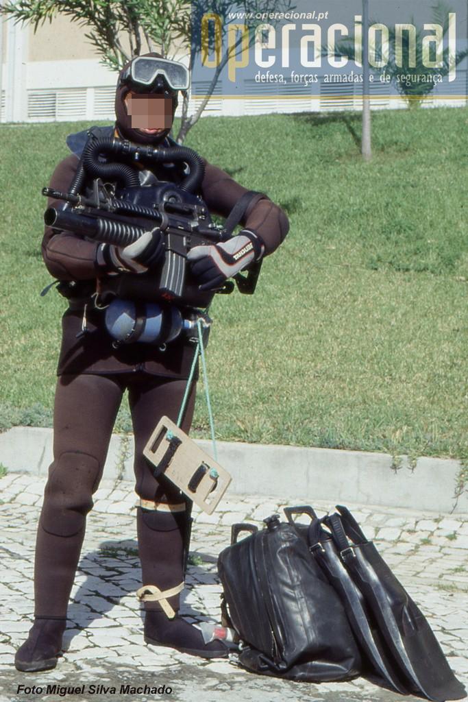 A arma, regra geral, quando se usa este tipo de equipamento de mergulho, é sempre transportada no saco estanque e só é retirada na chegada a terra.