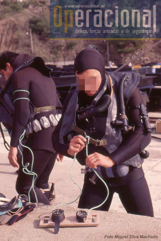 Preparação para o mergulho em Sesimbra. Para este exercício que fotografamos o uso do submarino era teórico, embora naturalmente o DAE o tenha feito muitas vezes.