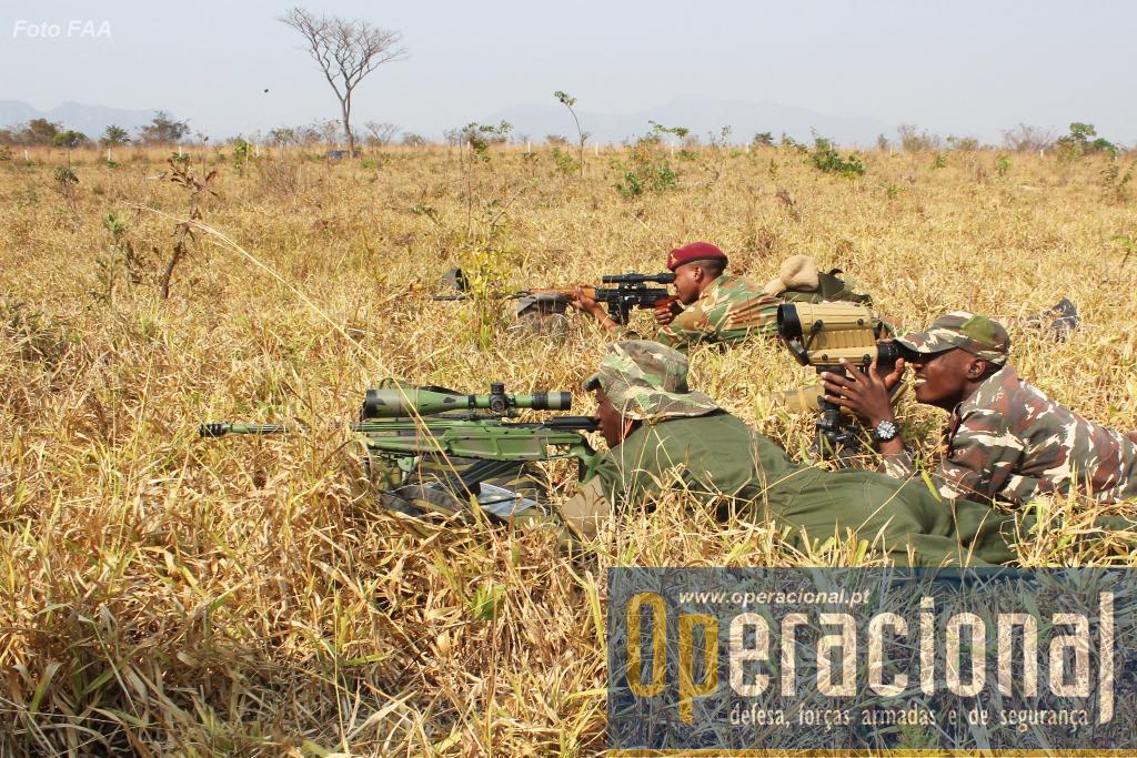 Durante a fase de treino cruzado, snipers dos países participantes (aqui Namíbia e Zâmbia), regulam alças telescópicas.