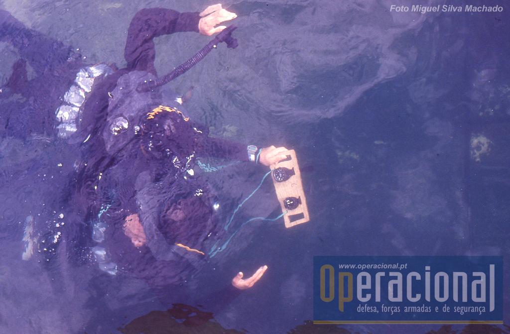Em segundos os mergulhadores desaparecem no oceano