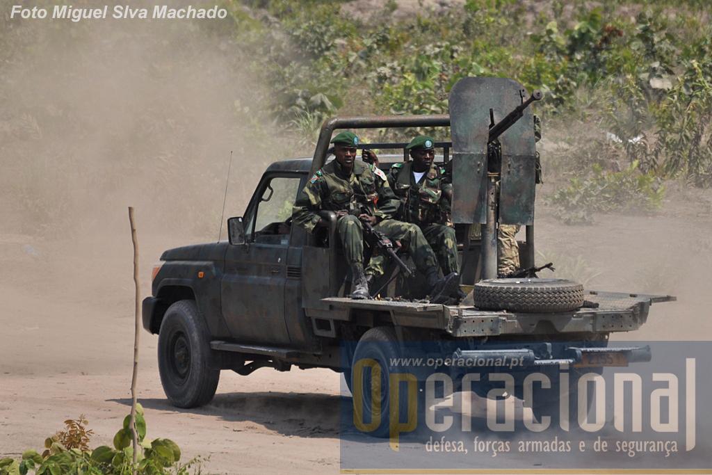 O poder de fogo - uma metralhadora pesada e duas ligeiras - a mobilidade e a robustez deste tipo de viaturas fazem delas uma arma muito usada em África. Esta pertence à Brigada de Forças Especiais e está a ser operada por angolanos e congoleses.