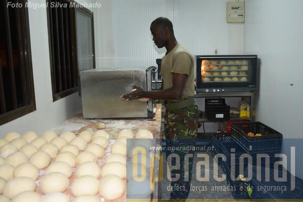 Mais uma novidade nos exercícios militares em Angola: padaria. todos os dias milhares de pães acabados de fazer eram fornecidos a todo o campo. Pizzas e bolos também foram confeccionados.