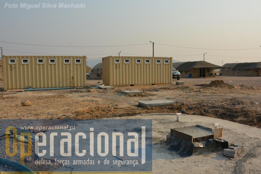"""Contentores """"casa de banho"""", vindos de Portugal, para os quais, por questões ligadas com a protecção do meio ambiente e de bom funcionamento, levaram à construção de fossas."""