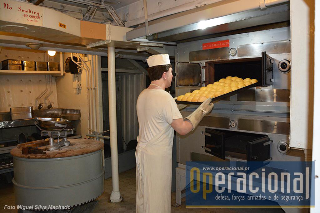 Seis pessoas trabalhavam nesta padaria, a qual em determinadas ocasiões, como na guerra da Coreia, abastecia outros navios mais pequenos da esquadra.
