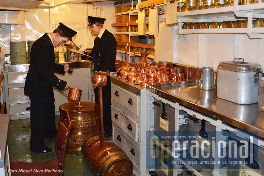 """Distribuição da Ração Diária de Rum, a """"Up Spirits""""! Durante a guerra da Coreia a tripulação consumiu 32.000 litros desta bebida e a bordo havia capacidade para transportar a quantidade necessária a três meses de mar."""