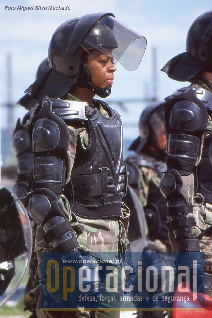Os primeiros equipamentos,  protecções traumáticas, capacetes, bastões, escudos, haviam sido adquiridos há cerca de um ano e muitos bem há menos, eram novos.