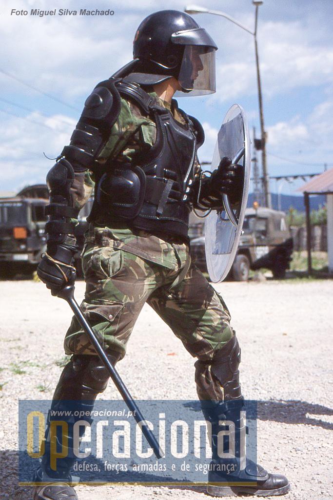 A formação inicial em Portugal foi ministrada primeiro pela GNR e depois pela Policia do Exército.