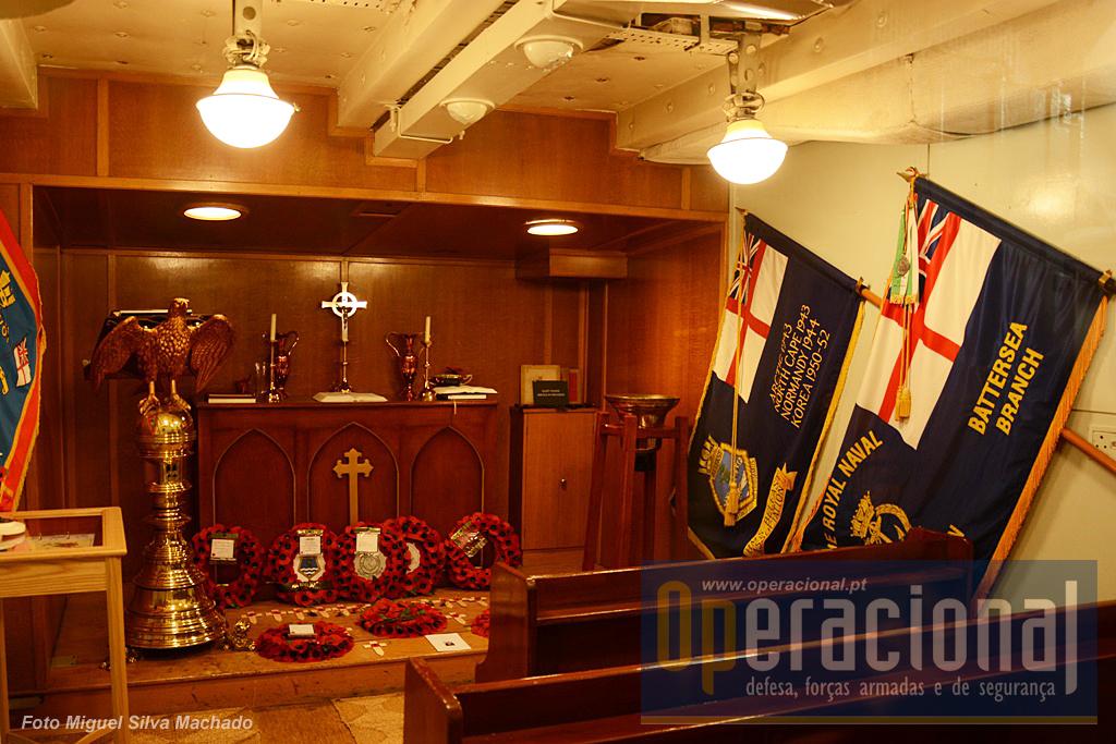 Embora as missas regra geral tivessem lugar num deck com espaço, a capela mantinha-se aberta para cerimónias pequenas ou para quem ali desejasse ir rezar. A fonte baptismal (ao fundo à direita) é um sino invertido segundo tradição da Royal Navy.