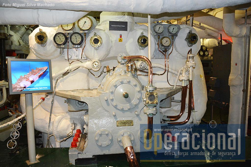"""...que permitem a quem se interesse perceber como funcionavam e eram controlados estes imponentes motores. havia duas """"salas de caldeiras"""" independentes (se uma fosse atingida o navio navegava na mesma com a energia a ser canalizada da outra)."""