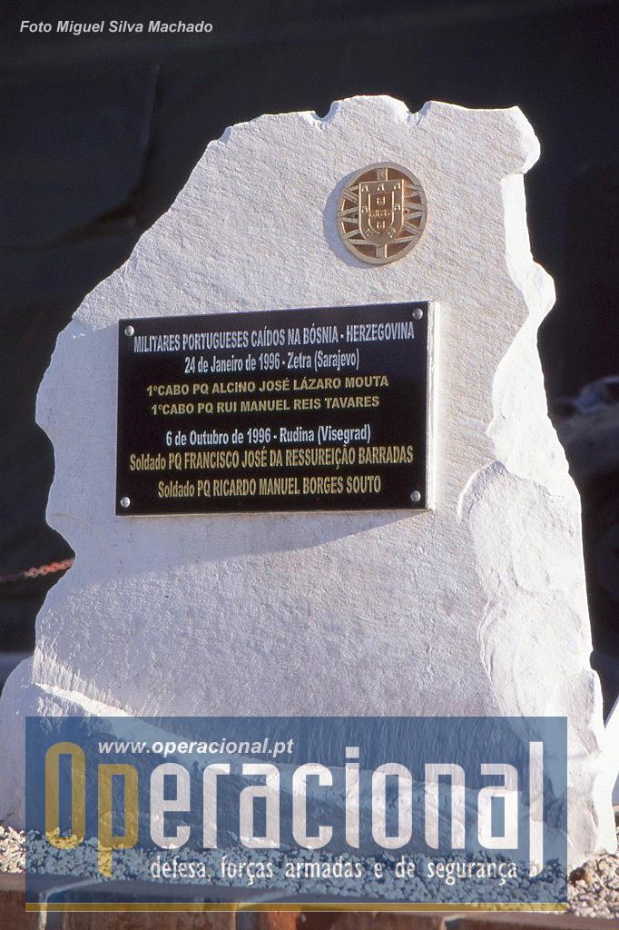 ...encontrava-se o Monumento de Homenagem aos Militares portugueses mortos na Bósnia que mais tarde seria transferido para o quartel português de Doboj.