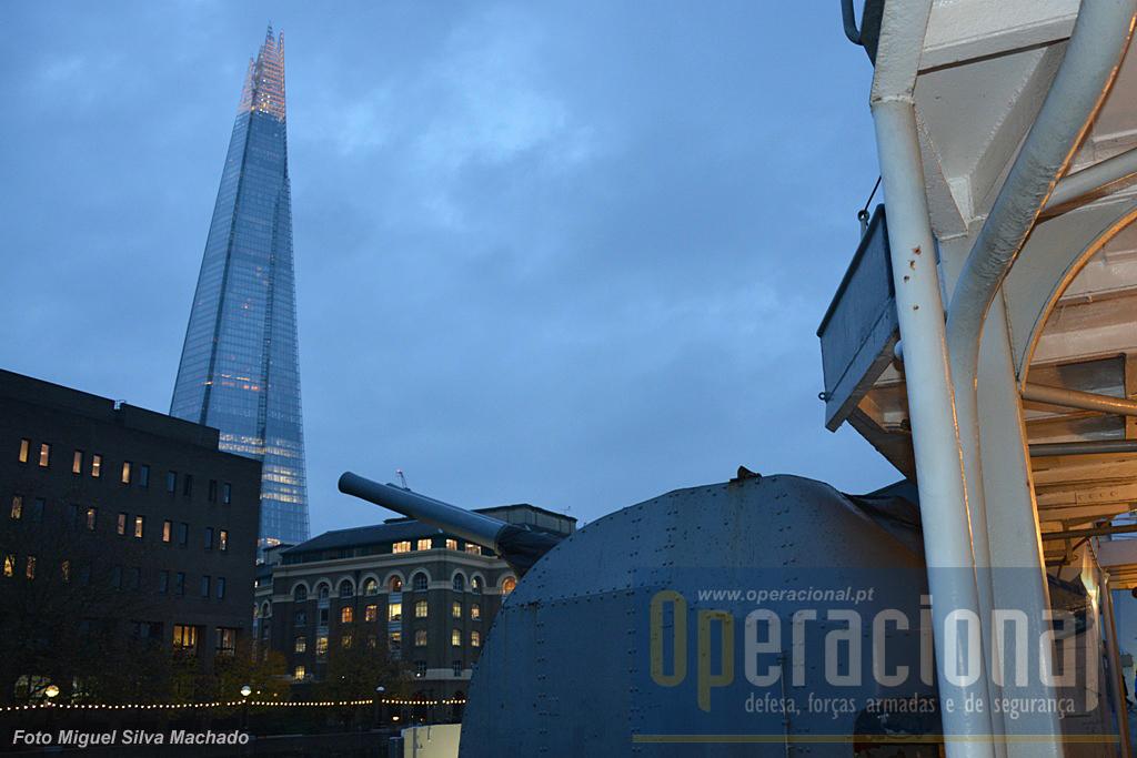 """Um dos reparos duplos de 100mm, tendo como fundo o edifício mais alto de Londres (e da Europa), o """"Shard""""."""