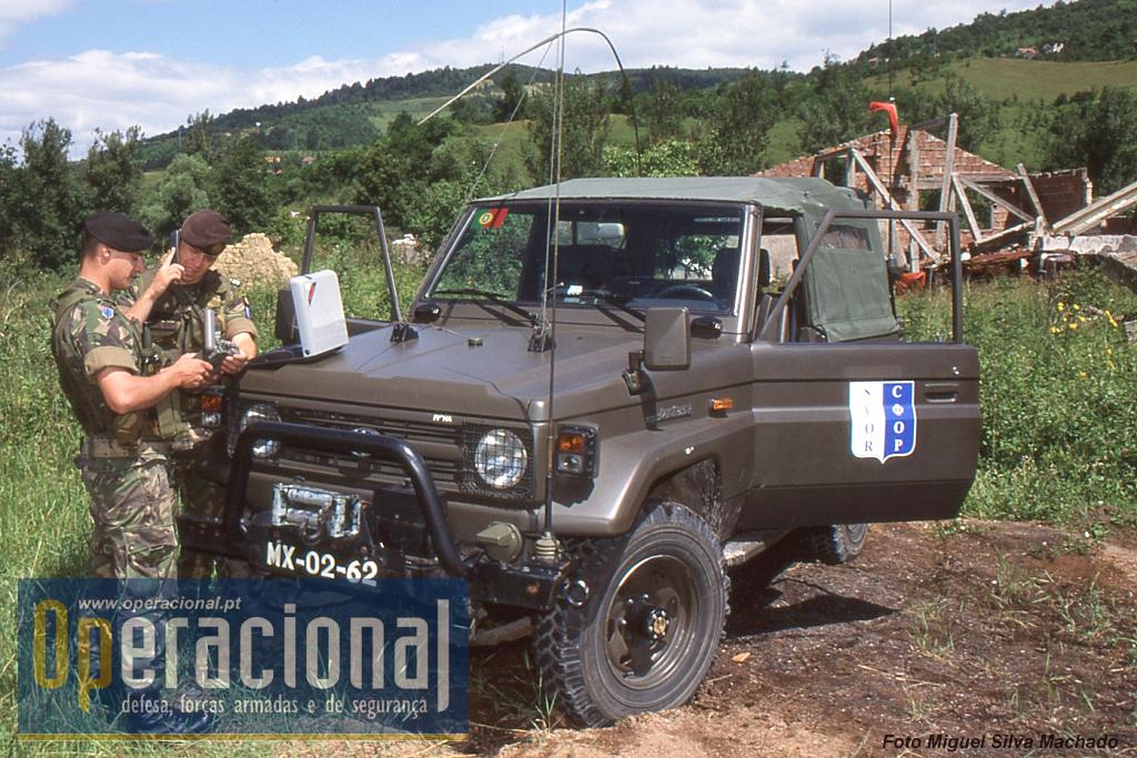 Além dos UMM Alter porta-missil Milan, a OPRES também usava os Toyota. Na fotos os militares utilizam o GPS e um telefone satélite.