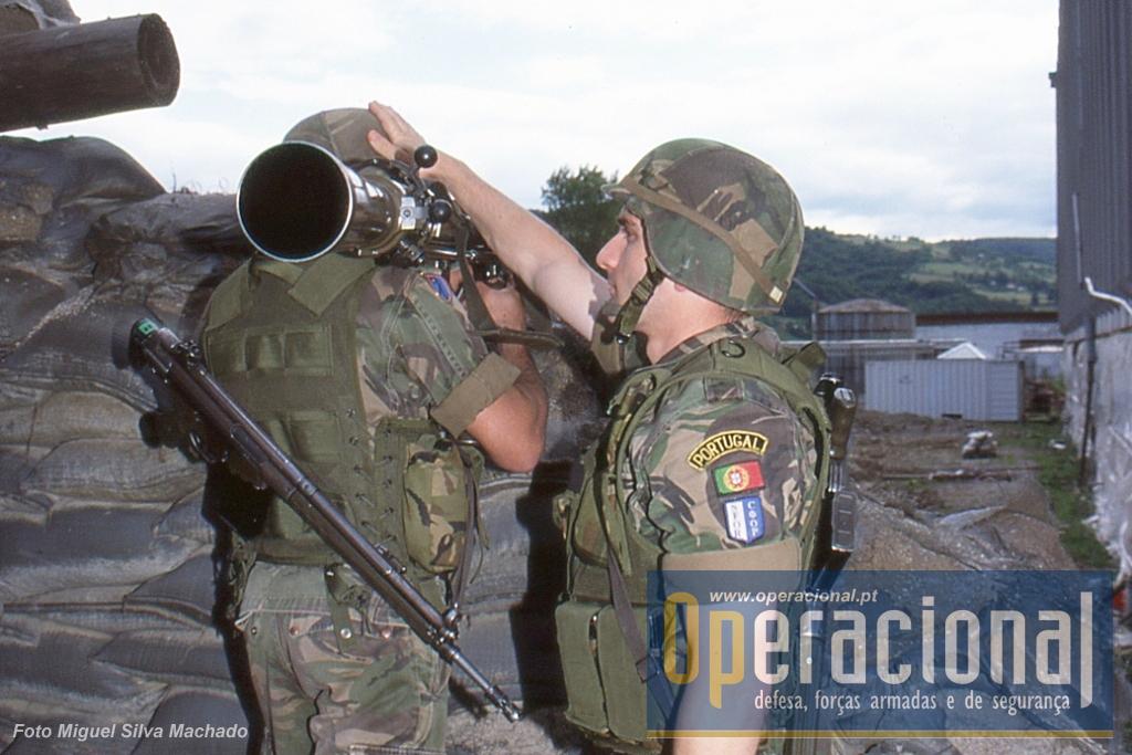 Carl Gustav 84mm canhão sem recuo que utilza munições anti-pessoal, anti-carro e iluminantes.