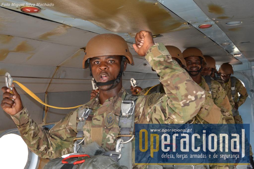 N.º 1 Pronto! Patrulha de salto da Brigada de Forças Especiais, dentro de um MI 17 da Força Aérea Nacional.
