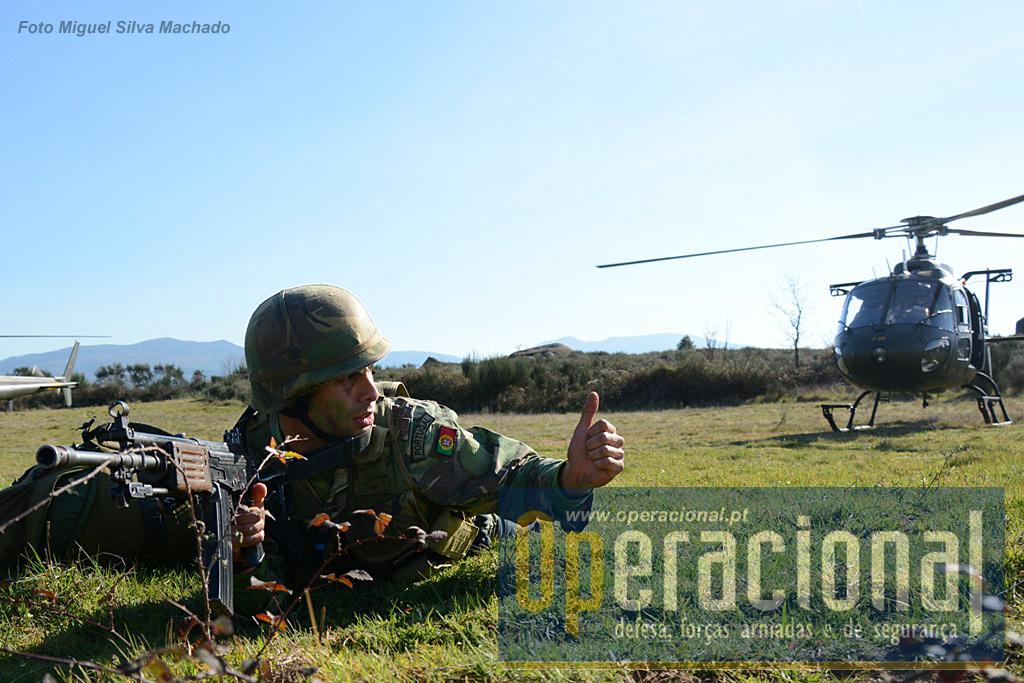 Helitransporte na região de Seia. Pára-quedista português, helicóptero dinamarquês.