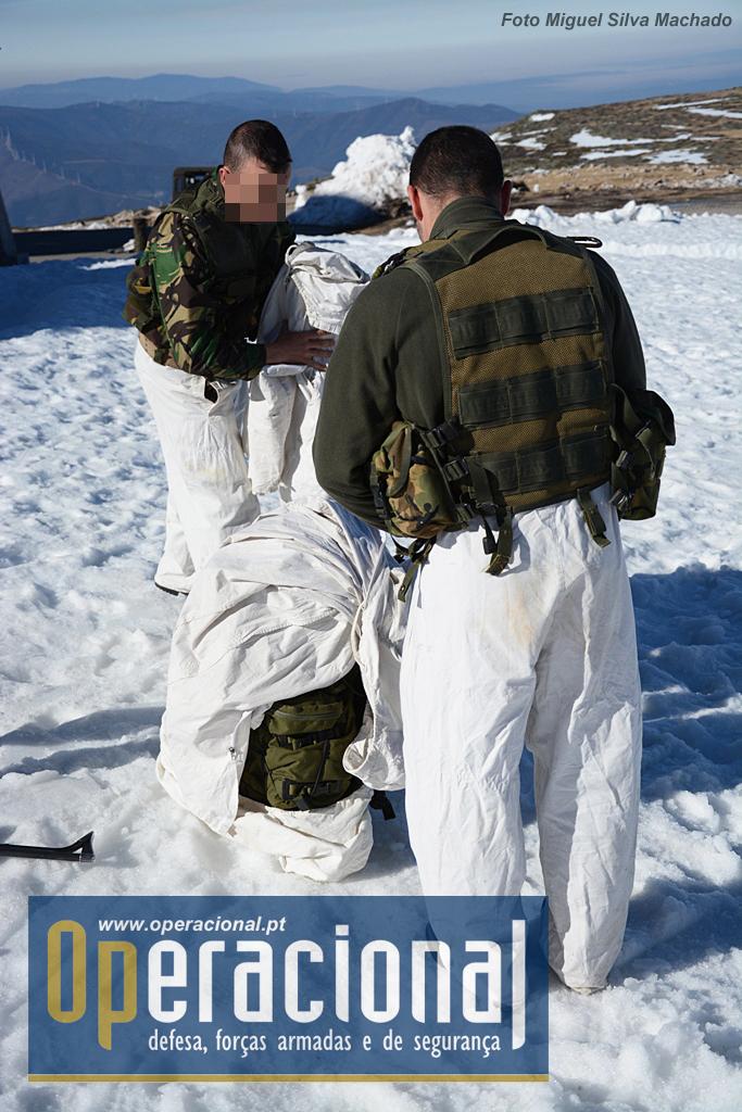 Para executar um deslocamento nestas condições (com clima ameno, não usam naturalmente o fato para temperaturas extremas) os militares envergam o equipamento táctico e uniforme de campanha regulamentar e só depois vestem a camuflagem de cor branca.