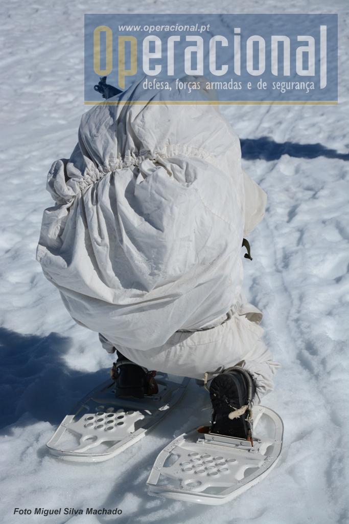 Mesmo com alguns componentes do equipamento (arma e botas) não cobertos, a silhueta dos militares na neve; a alguma distância, torna-se  muito dificil de ser detectada.