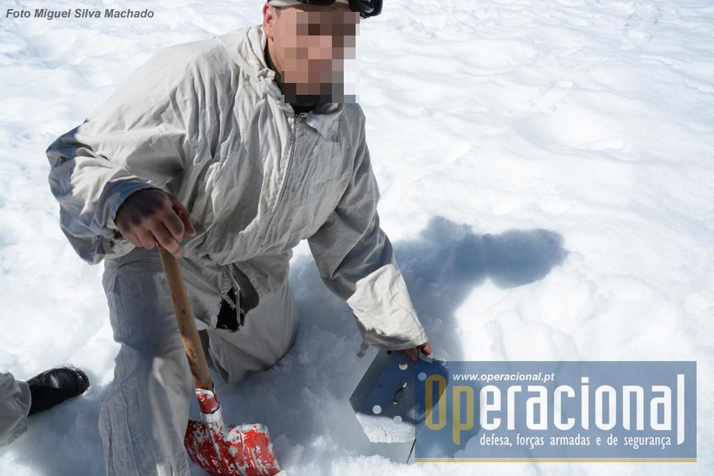 Criação de um ponto de ancoragem na neve para se poder executar rapel.
