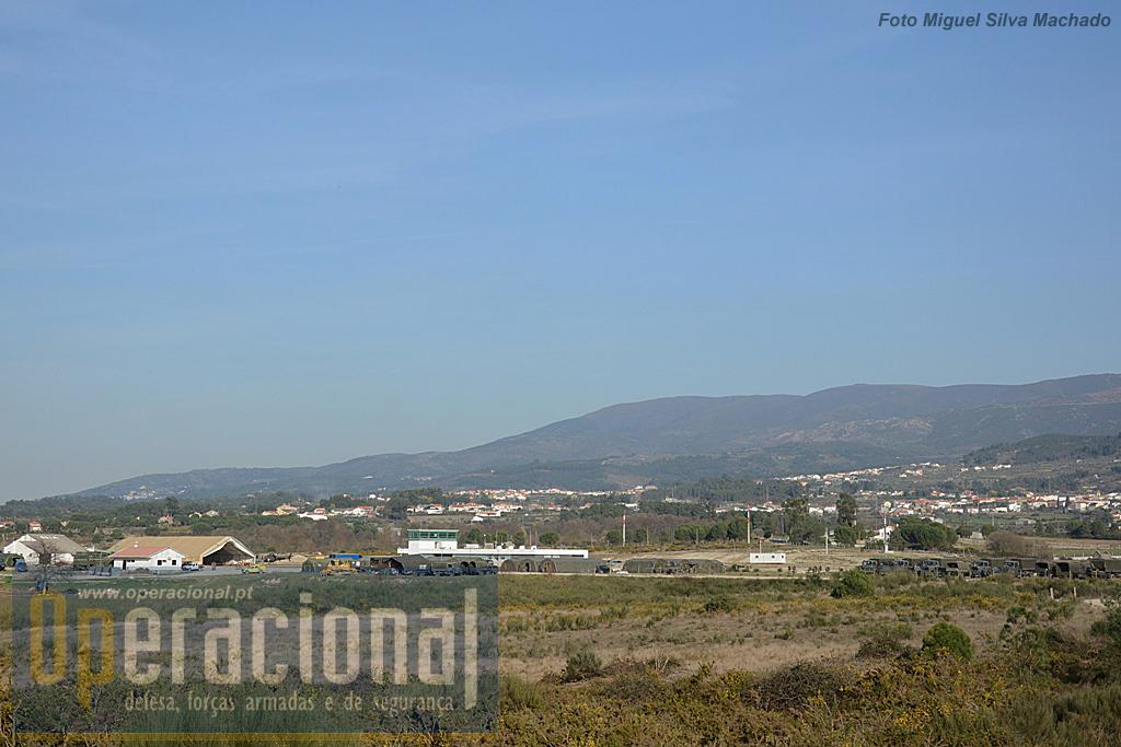 """Vista geral do Aeródromo de Seia, com as instalações do 2.º BIPara (à direita) e das Forças Aéreas de Portugal e da Dinamarca, junto ao """"hangar de campanha""""."""