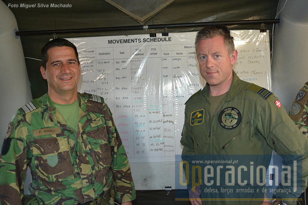 O comandante do 2.º BIPara, TCor Francisco Sousa, com o piloto dinamarquês que comandou o helitransporte a que assistimos.