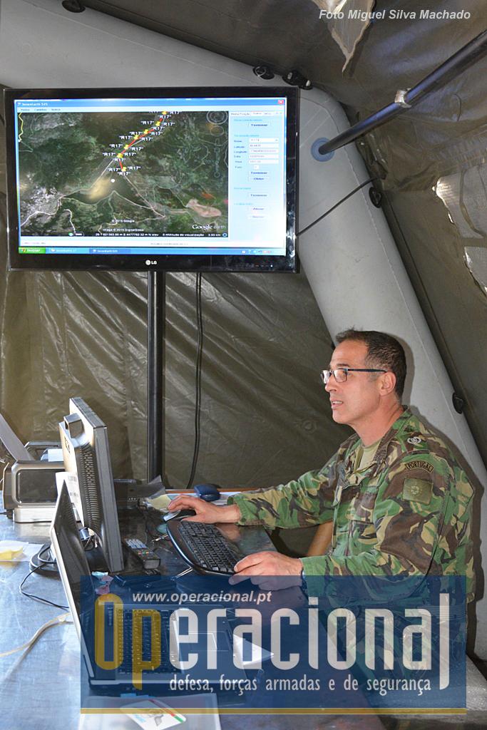 O Sargento-Ajudante Pára-quedista Carlos Queiroz a usar a nova aplicação testada pelo 2BIPara. Consegue-se uma melhoria da capacidade de comando e controlo pelo estado-maior do batalhão.