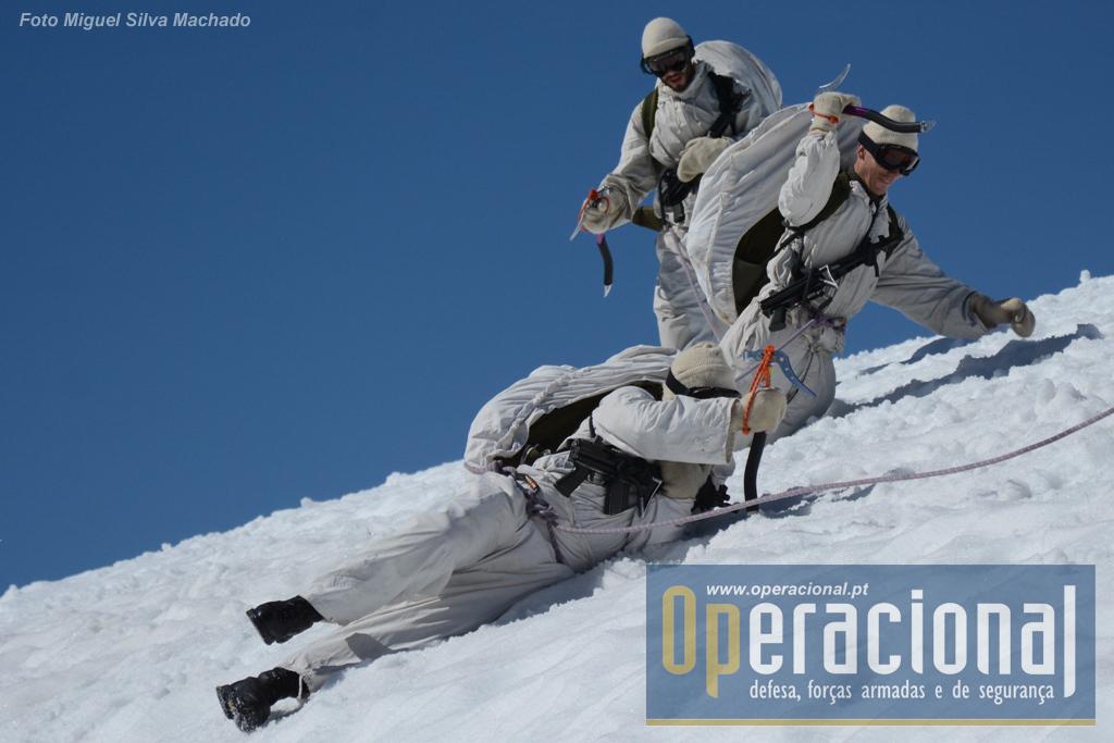 A queda de um dos militares obriga a um esforço muito rápido e coordenado dos restantes sob pena de toda a equipe sucumbir.