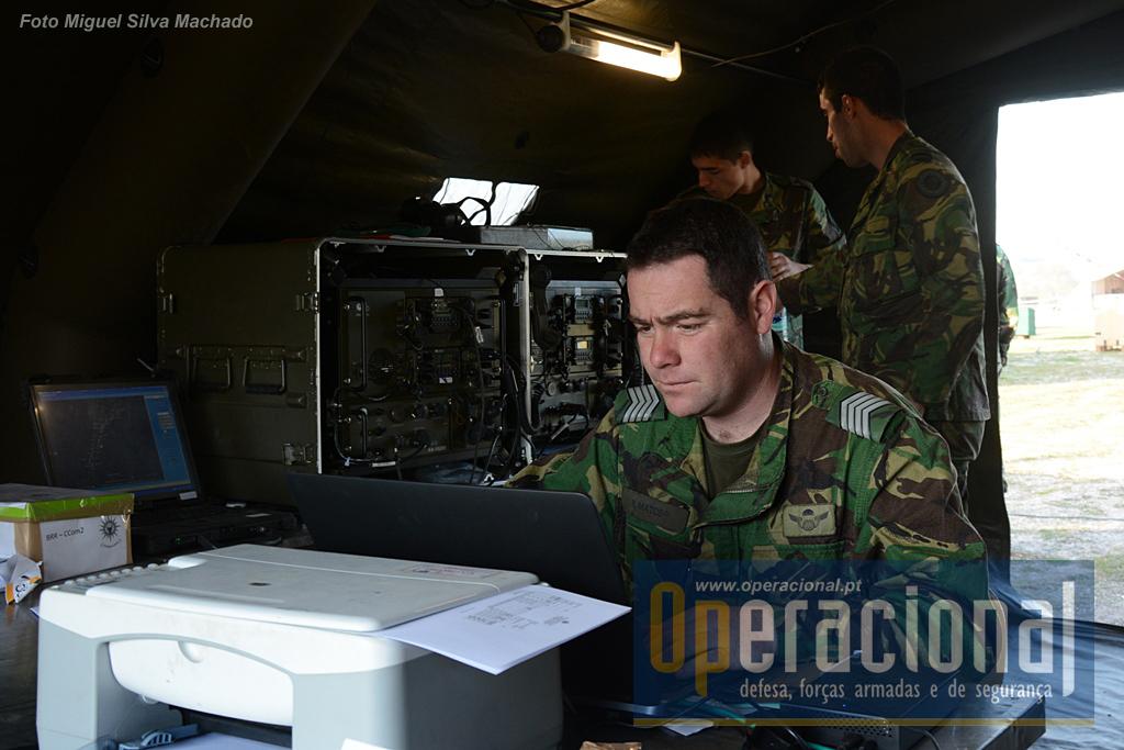 Nas costas do Primeiro-Sargento Pára-quedista Matos, Sistemas TR -525 compostos por 2 rádios 525 da EID. Destinam-se a garantir as comunicações entre o posto de comando do 2BIPara e as companhias. Em Seia usou-se comunicações em HF para os Grupos de Combate que estavam a 30km;  VHF para os que estavam a cerca de 10km; e ainda UHF para estabelecer ligação com os meios aéreos portugueses e dinamarqueses.