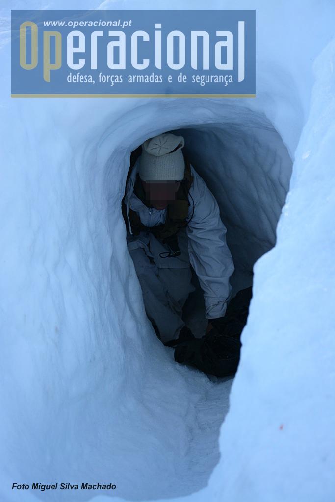 Entrada para um dos abrigos usados pelo Curso de Operações Especiais. Escavados na neve têm o acesso escavado de modo a ser de dificil localização.