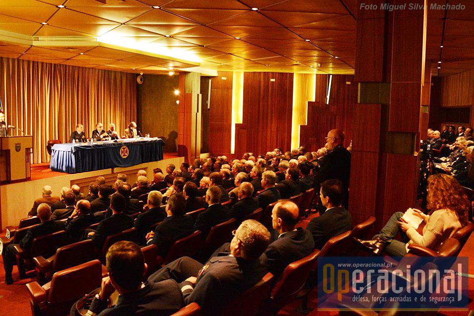 Muito concorrida a sessão de lançamento da obra, quer por parte de militares no activo quer por antigos militares dos três ramos das Forças Armadas.