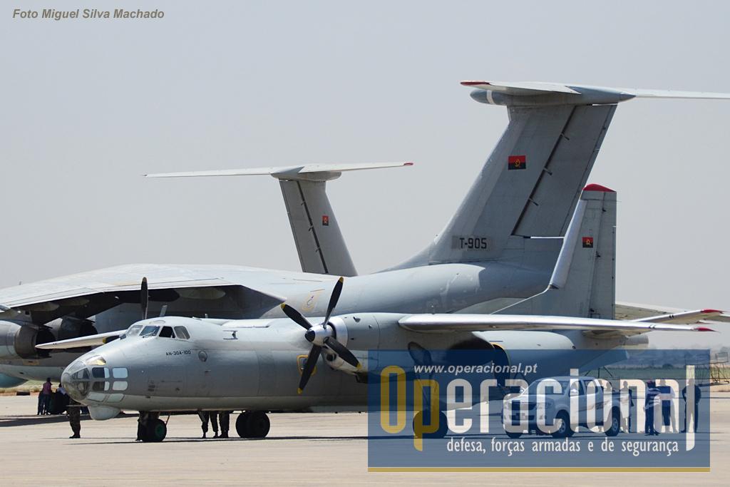 """Um AN-30A da Força Aérea Nacional de Angola, """"parente"""" muito próximo do AN-30B que vai sobrevoar Portugal e Espanha. Bimotor a hélice fabricado pela Antonov (Ucrânia), designado pela NATO de """"Clank"""". Nasceu nos finais dos anos 60, a sua produção iniciou-se em 1971 e terá terminado nos anos 80. Uma das várias versões militares é a que nos visita, que tem como missão principal o reconhecimento. Na imagem, em Angola, a versão civil deste aparelho. O AN-30 tem uma velocidade de cruzeiro de 430 km/h e um raio de acção de 2,600km voando a 8.300m de altitude."""