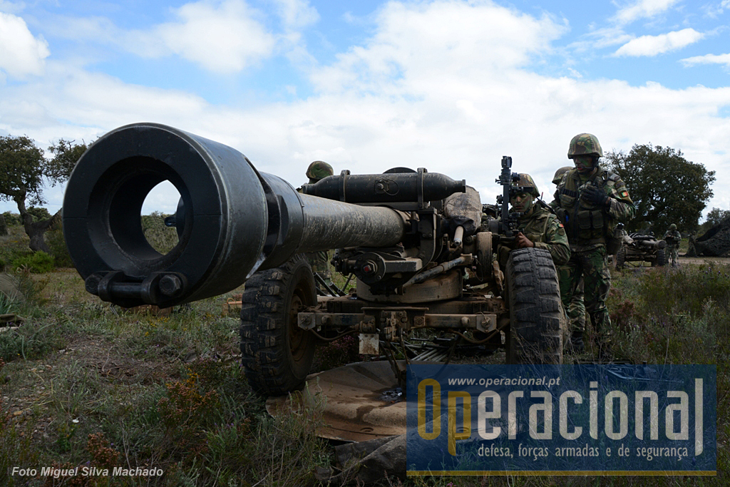 """O exercício """"Trovão 151"""" do Grupo de Artilharia de Campanha da Brigada de Reacção Rápida, movimentou cerca de 200 militares do Regimento de Artilharia n.º 4 até ao Campo Militar de Santa Margarida."""