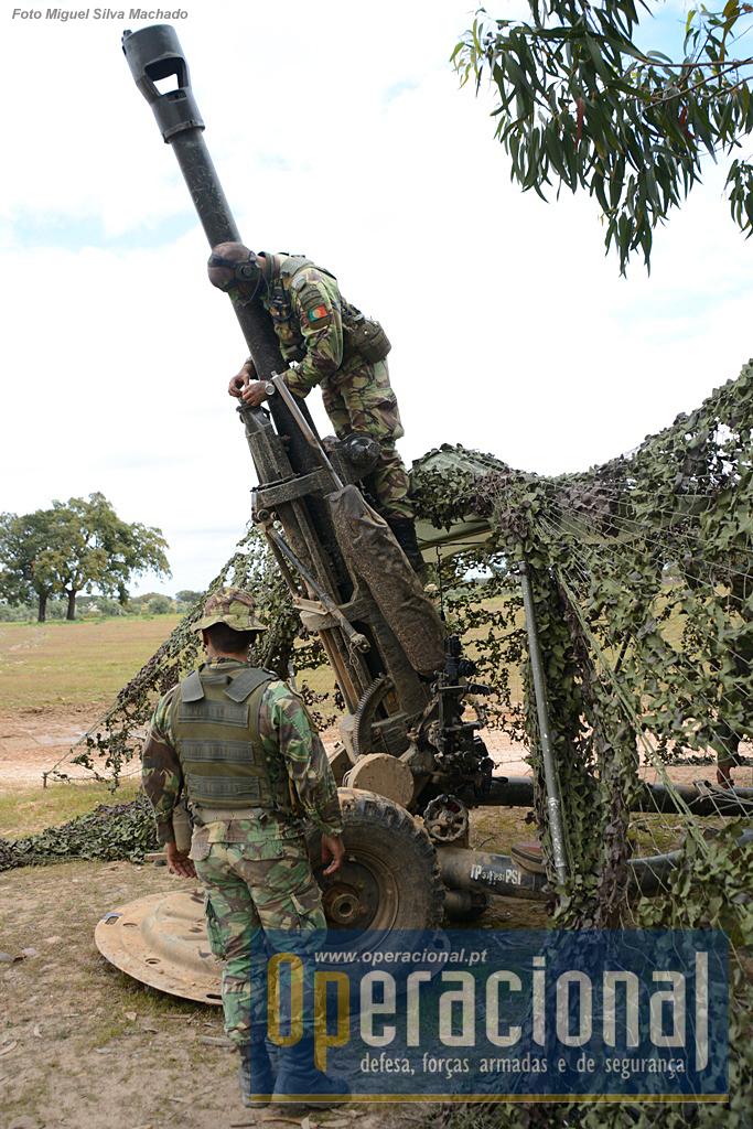 Num intervalo entre pedidos de tiro, o comandante de secção procede a acções de manutenção da arma. Os obuses têm que ter atenção permanente para funcionar a 100%. Neste caso...um pouco de óleo!